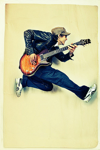 Image d'un Guitariste qui saute